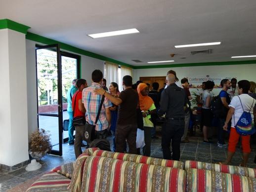 Las y los activistas durante el proceso de acreditación, un espacio además para el intercambio con amistades y para conocer a delegadas y delegados de otros países.