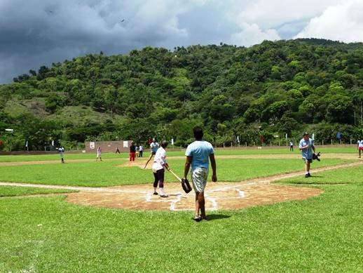 Juego de beisbol entre el equipo de mujeres de Buey arriba e integrantes de las redes sociales comunitarias (Lesbianas, Trans, Jóvenes, HsH y Humanidad por la Diversidad)