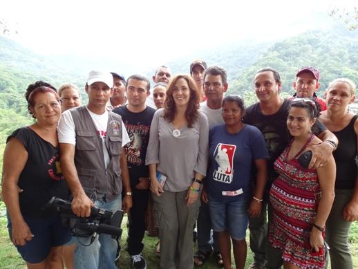 Mariela Castro Espín junto al equipo de la Televisión Serrana.